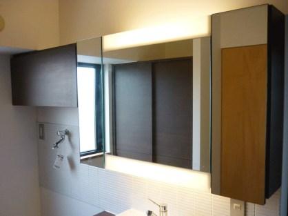 洗面上部にはケアがしやすいように大きめの鏡を設置。また鏡の後ろには収納スペースを用意しています。