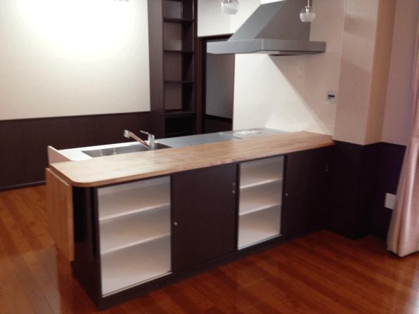 天板下はもちろん収納スペース。開閉がしやすいようにスライド式の扉を採用しました。