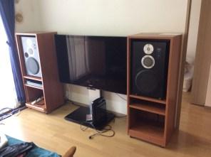 テレビ用のスピーカ取り付け後です。収納スペースがあるシンプルなスピーカー大を設置しました。