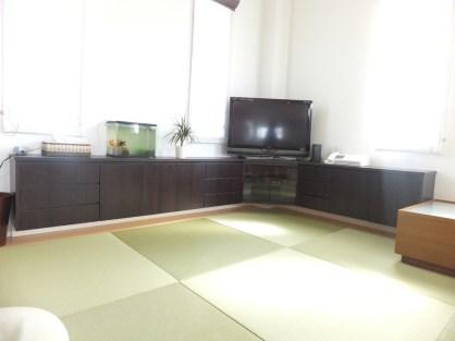 お部屋のデッドスペースを埋めるコーナーテレビ台の左右を伸ばし、収納スペースを最大限に設けたコーナーテレビ台を製作しました。