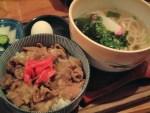築地・ふく竹 モツ煮丼と博多うどんのセット(800円)