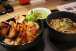 銀座・福よし もつやきとり丼と鶏だしそばのセット(980円)