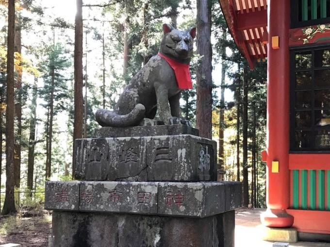 三峯神社随身門狛狼左