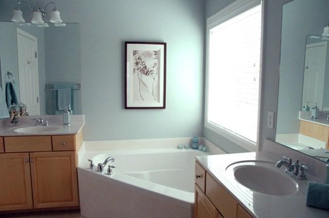 Compact corner bath