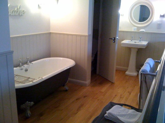Panelled bathroom with roll-top bathroom