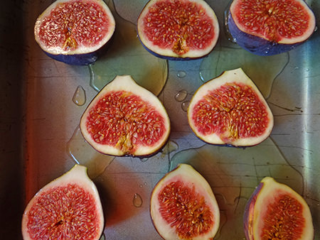 Glazed figs before being put in the oven to roast
