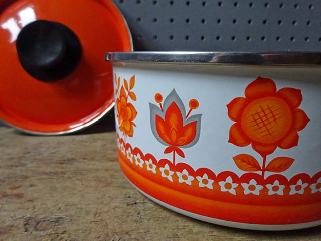Detail from a vintage Worcester Ware Tudor Orange saucepan (boxed, new old stock) | H is for Home