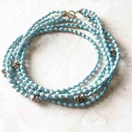 Precioso collar de akola project es parte de la guía de regalos para el día de las madres.