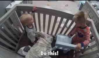 Mira cómo un niño le enseña a su hermanito a escaparse de su cuna
