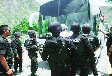 Oaxaca: paramilitares frustran caravana humanitaria