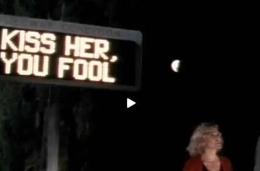 Un mensaje resplandece en el freeway