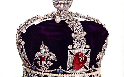 photo d'une couronne royale ornée de pierres précieuses