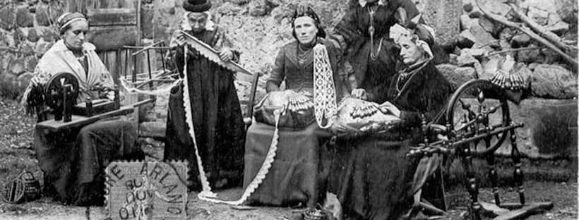 photo en noir et blanc de femmes travaillant la dentelle en extérieur
