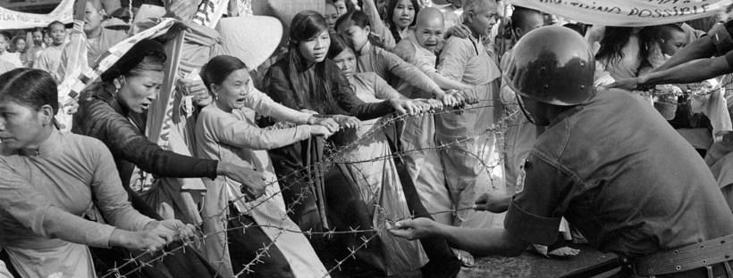 photo en noir et blanc d'une manifestation de Vietnamiens à Saigon en 1963