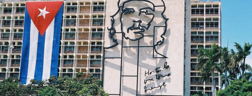 photo d'un immeuble sur lequel on peut voir un portrait géant de Che Guevara