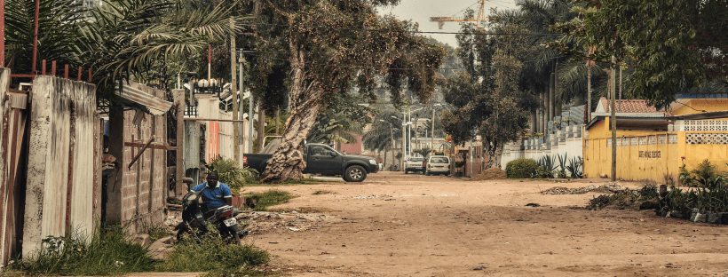 Photographie d'une rue d'un quartier populaire au Congo-Brazzaville