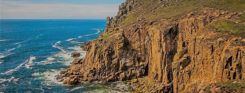 photo d'une falaise face à la mer dans les Cornouailles