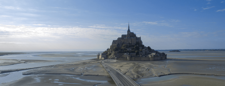 Photographie du Mont Saint-Michel (par un drone) de Ryan R. Zhao, juillet 2018. CC BY-SA 4.0 via Wikimedia Commons