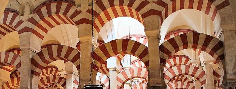 arcades peintes de rayures rouges et blanches dans la mosquée de Cordoba en Espagne