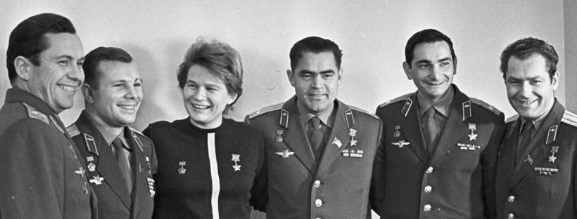 Les cosmonautes soviétiques Pavel Popovich, Yuri Gagarin, Valentina Terechkova, Andrian Nikolayev, Valery Bykovsky et German Titov le 1er janvier 1964 (détail). RIA Novosti archive, image #615890 (Valeriy Shustov). CC-BY-SA 3.0 via Wikimedia Commons.