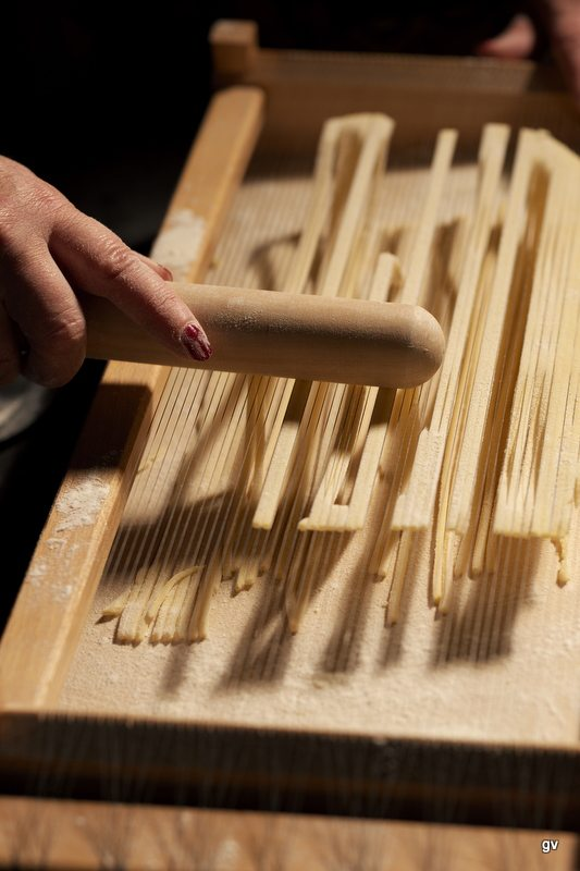 fabrication de maccheroni alla chitarra