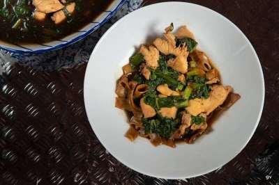 Nouilles de riz au poulet et légumes avec sauce épaisse