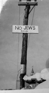 Photographie d'une affiche « Now Jews allowed », St-Faustin, Laurentides, Rapport sur l'antisémitisme au Québec, Archives du Congrès juif canadien, za 1939 boite 2, dossier 18.