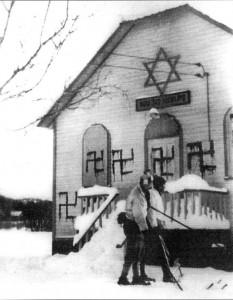 Synagogue vandalisée, Sainte-Marguerite (Lac Casson), Québec, 1938, Archives du Congrès Juif canadien.