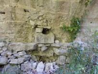 Fontaine du pont romain sur La Férrère, sous une arche.