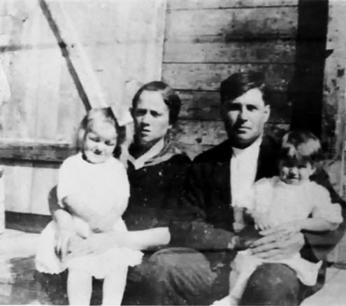 Famille de monsieur Antoine L'Italien De gauche à droite : Antoinette L'Italien (2 ans), Alphonsine Thériault, Antoine L'Italien et Joseph-Alban L'Italien (1 an).