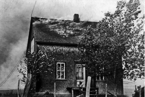 Feu débutant dans la toiture de la maison d'André Lecours