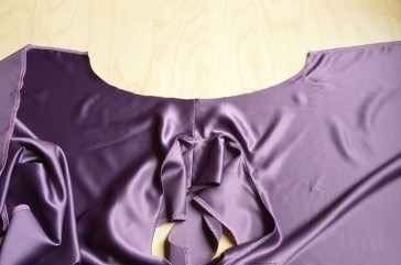 Je legt de top met de goede kant van de stof naar boven om het beleg aan de mouwopening te stikken.