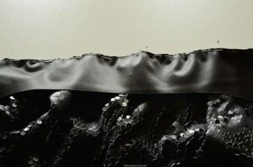 De tailleband kan je aan de rok spelden, maar alleen IN de naadwaarde.