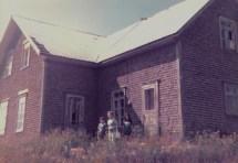 Visite à la maison d'enfance de Marie-Anne au lac Saint-Jean en 1977 (avec deux de ses petits-enfants)