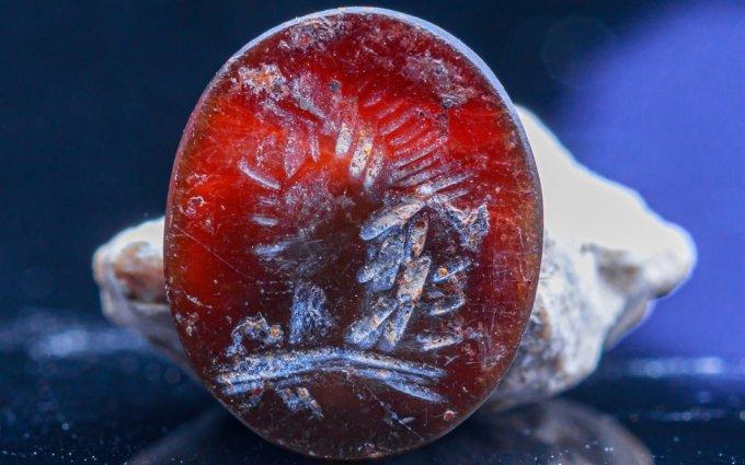 Anillo-sello con la imagen en 'intaglio' del dios grecorromano Apolo.