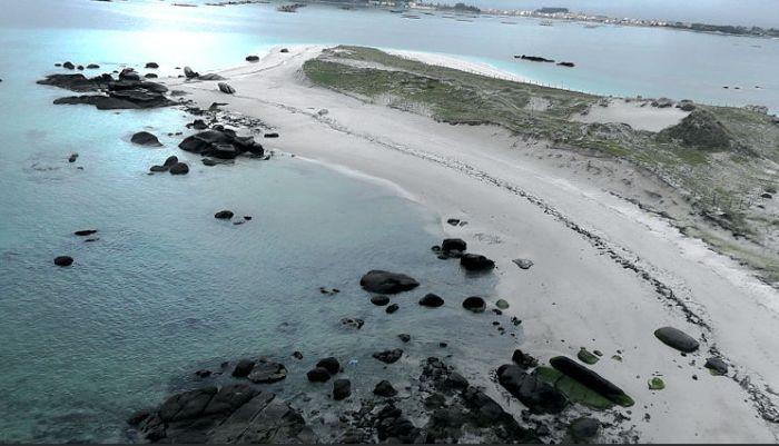 Illa do Areoso Guidoiro, na ría da Arousa. A suba do nivel do mar e a presión turística está afectando aos seus restos arqueolóxicos