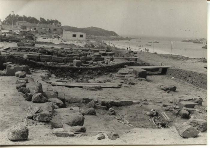 Detalle das escavacións de 1983, onde se poden ver restos enteiros de corpos / arqueotoponimia.blogspot.com