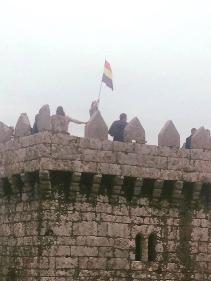 A bandeira republicana ondea na torre do homenaxe do Castelo de Vimianzo para conmemorar o 80 aniversario da toma deste castelo por parte do pobo / Manuel Antelo