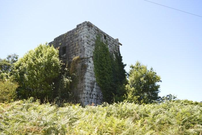Estado actual no que se atopa a Torre de Guimarei, na Estrada / Iria Blanco