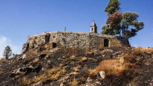 Patrimonio galego - Ermida da Peneda rodeado polo lume.