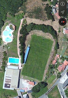 Castro Seoane, en Antas de Ulla, cun campo de fútbol no seu interior / FB Canibalismo urbanístico. Maltrato da Paisaxe