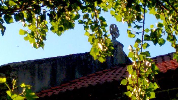 Cruz de tipoloxía celta na igrexa de San Vicenzo da Graña, en Ponteceso / Elixio Vieites