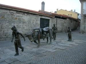Escultura alusiva á festa do Boi de Allariz, que ten a un xudeu como protagonista da súa tradición / wikipedia