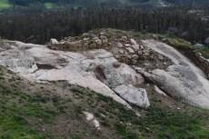 Vista das escavacións realizadas con maquinaria pesada na croa do castelo da Frouxeira