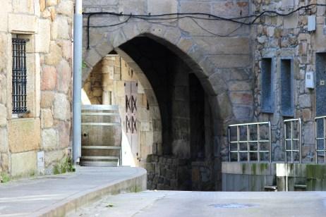 A Casa do Arco, porta histórica da cidade, dende a rúa Real / foto Íñigo M. Riobó