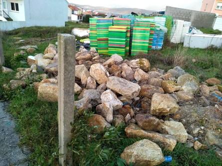 As pedras conviven coas caixas de peixe / foto HdG