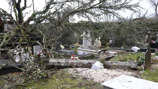 Un fermoso cruceiro de máis de 200 anos e parte do cemiteiro de Santo Ourente, esnaquizados