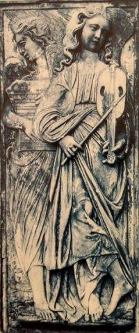 Uno de los ángeles de la Iglesia de San Andrés y San Bernardino en Perugia, Italia, tocando un violín medieval de 5 cuerdas.