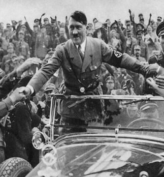 Adolf Hitler, recién nombrado canciller de Alemania en 1933, es recibido por sus seguidores en Nurembergllor