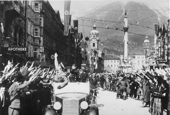 Tropas alemanas son recibidas en una ciudad al oeste de Austria, cuya anexión fue una de las causas de la segunda guerra mundial